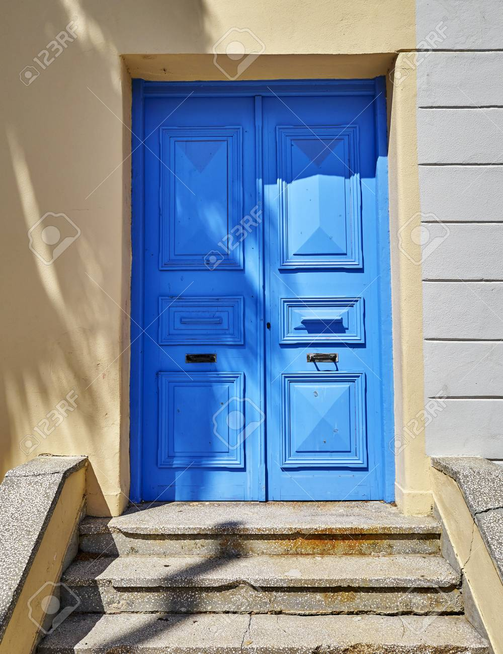Entrée De Maison Avec Marche entrée de la maison avec porte bleue et marches