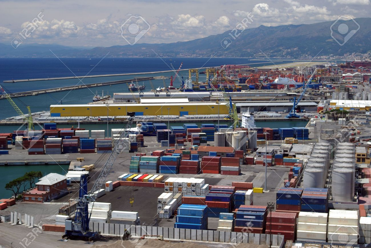 イタリア、ジェノヴァ港のコンテ...