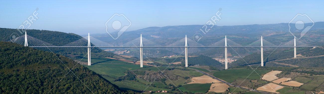 El juego de las palabras encadenadas-http://previews.123rf.com/images/dimitrisurkov/dimitrisurkov1411/dimitrisurkov141100002/33139209-Millau-Francia-23-de-octubre-2014-Vista-del-viaducto-de-Millau-el-puente-m-s-alto-atirantado-sobre-e-Foto-de-archivo.jpg