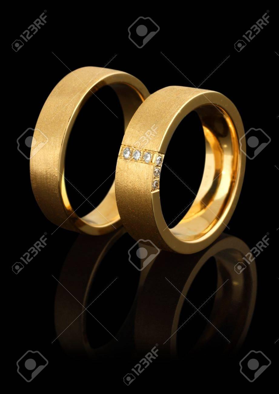Anneaux De Mariage En Or Avec Diamants Isolé Sur Fond Noir