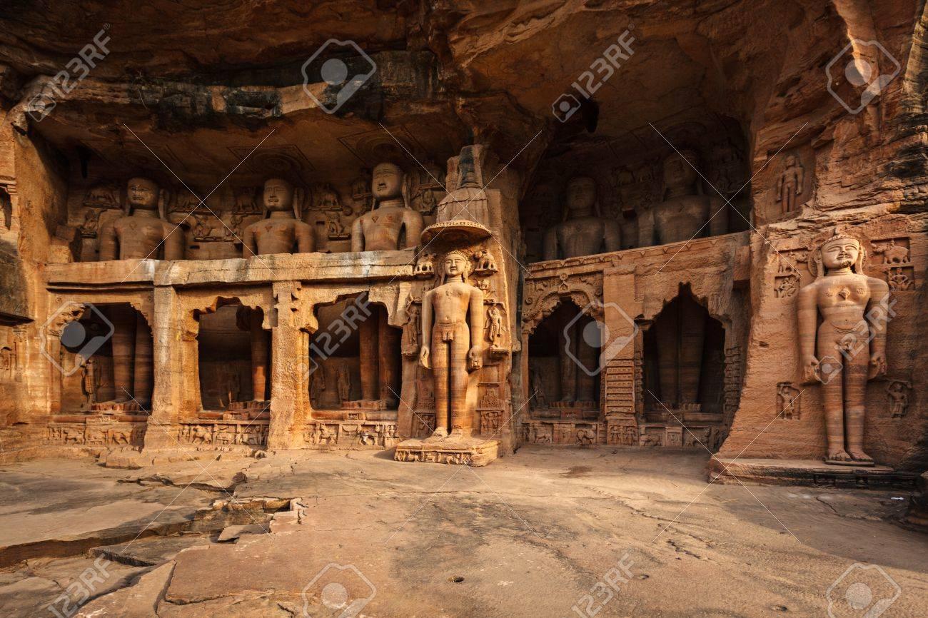 Statues Rockcut De Jain Thirthankaras Dans Des Niches Rocheuses Près