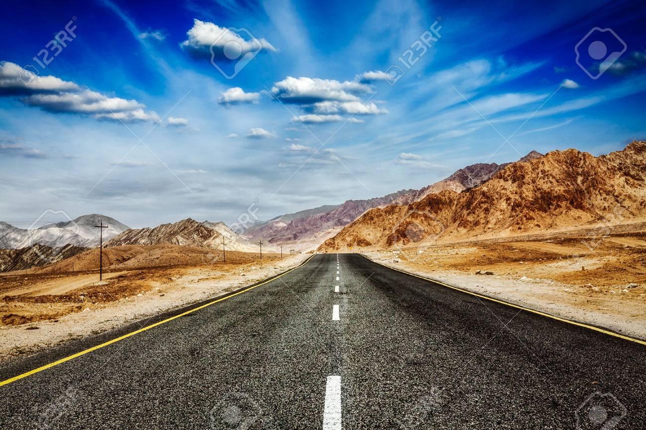 旅行は 概念の背景壁紙 ヒマラヤの青い空道劇的な雲を転送します