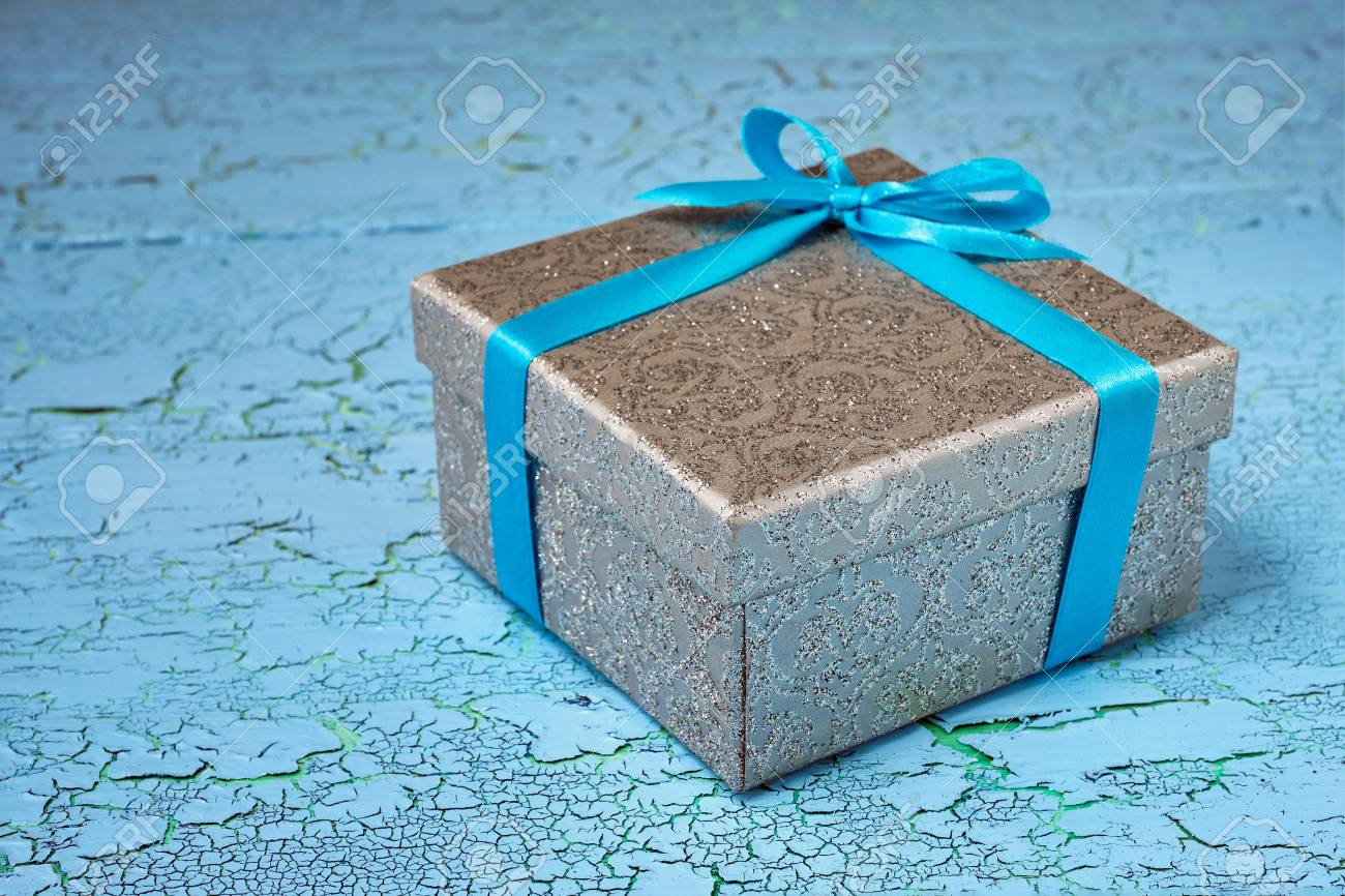 Regalo Cumpleaños Concepto De Regalo De Navidad Caja De Regalo De Plata Con Cinta Azul Sobre Fondo De Madera Pintada De Azul