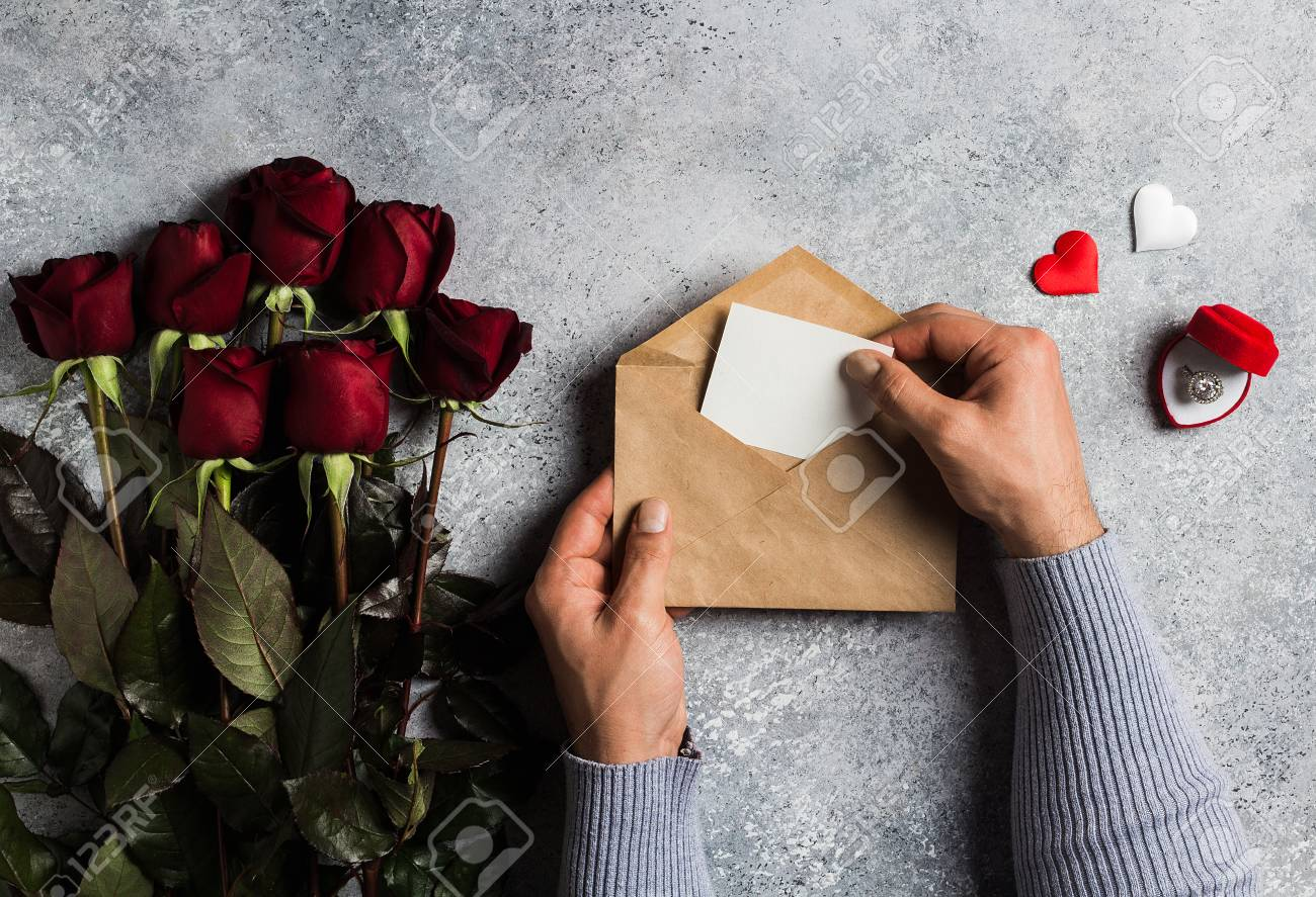 Saint Valentin Main D Homme Tenant Enveloppe Lettre D Amour Avec Carte De Voeux Fête Des Mères Rose Rouge Cadeau Surprise Sur Fond Gris Avec