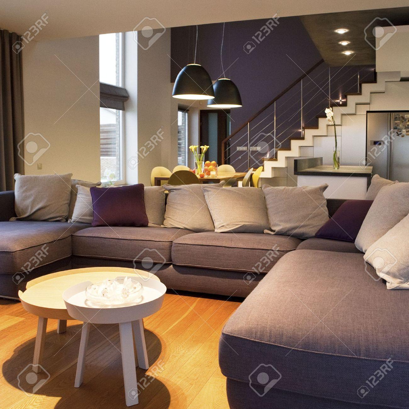 Interieur Design - Gezellige Woonkamer Op De Voorgrond En Een ...