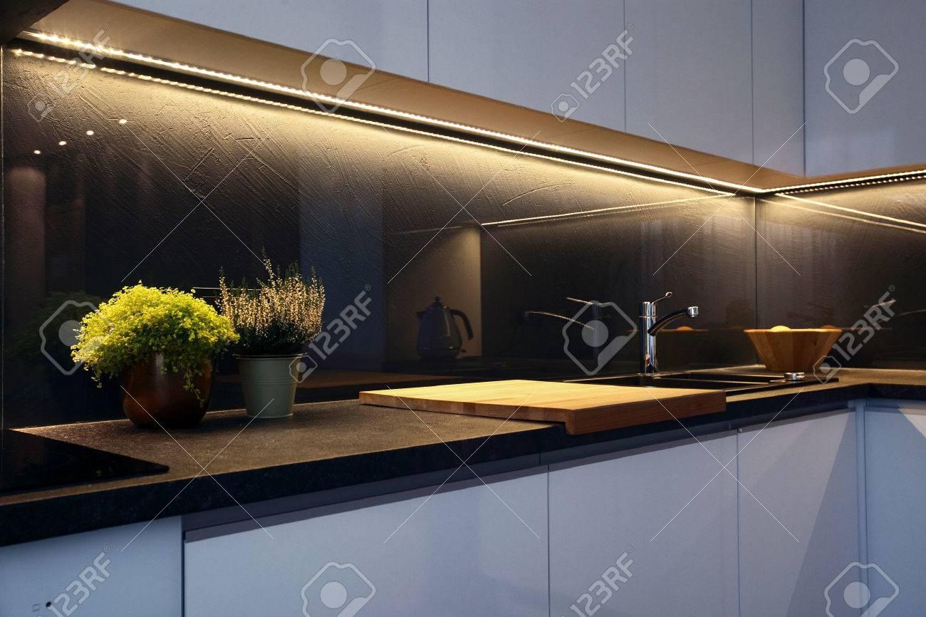 Detalle del interior - moderno tablero de la mesa de la cocina y la estufa  de cerámica