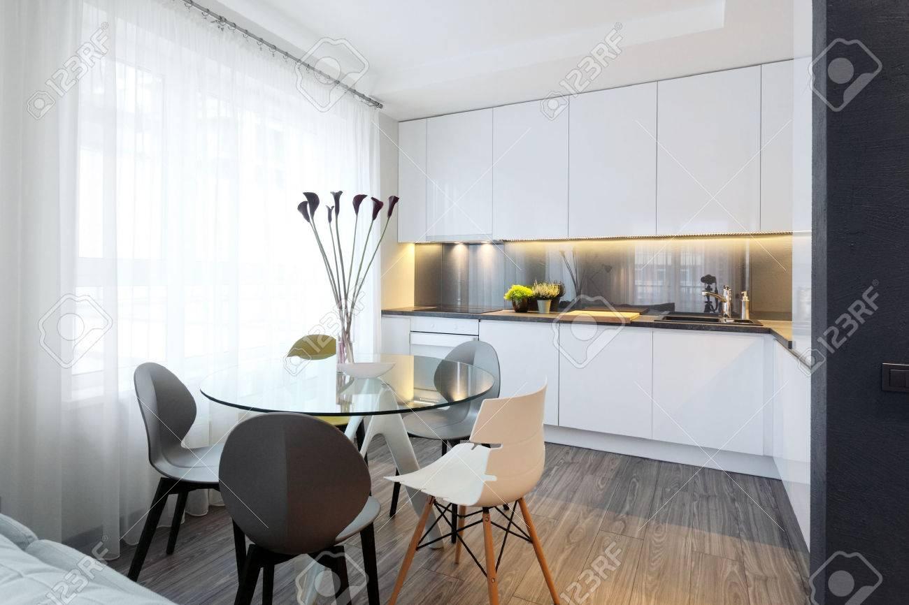 Interni - Bianco Moderna Cucina E Un Tavolo Da Pranzo In Vetro Con ...
