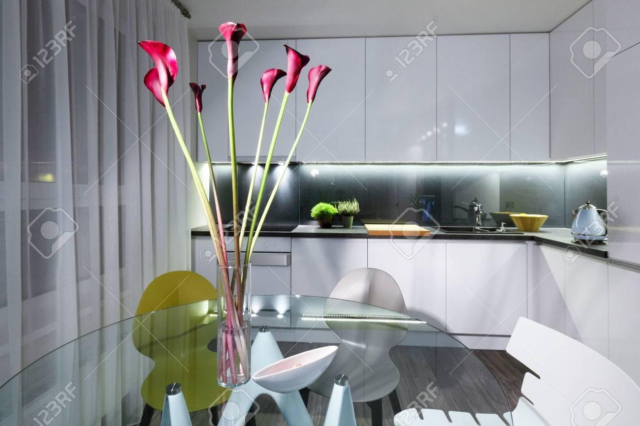 Inter Cuisine Moderne Blanc Et Une Table à Manger En Verre Avec
