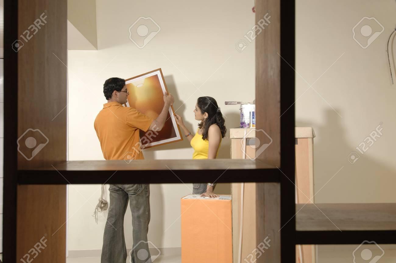 Südasiatischer Indischer Mann Und Frau, Die Fotorahmen Auf Wand In ...