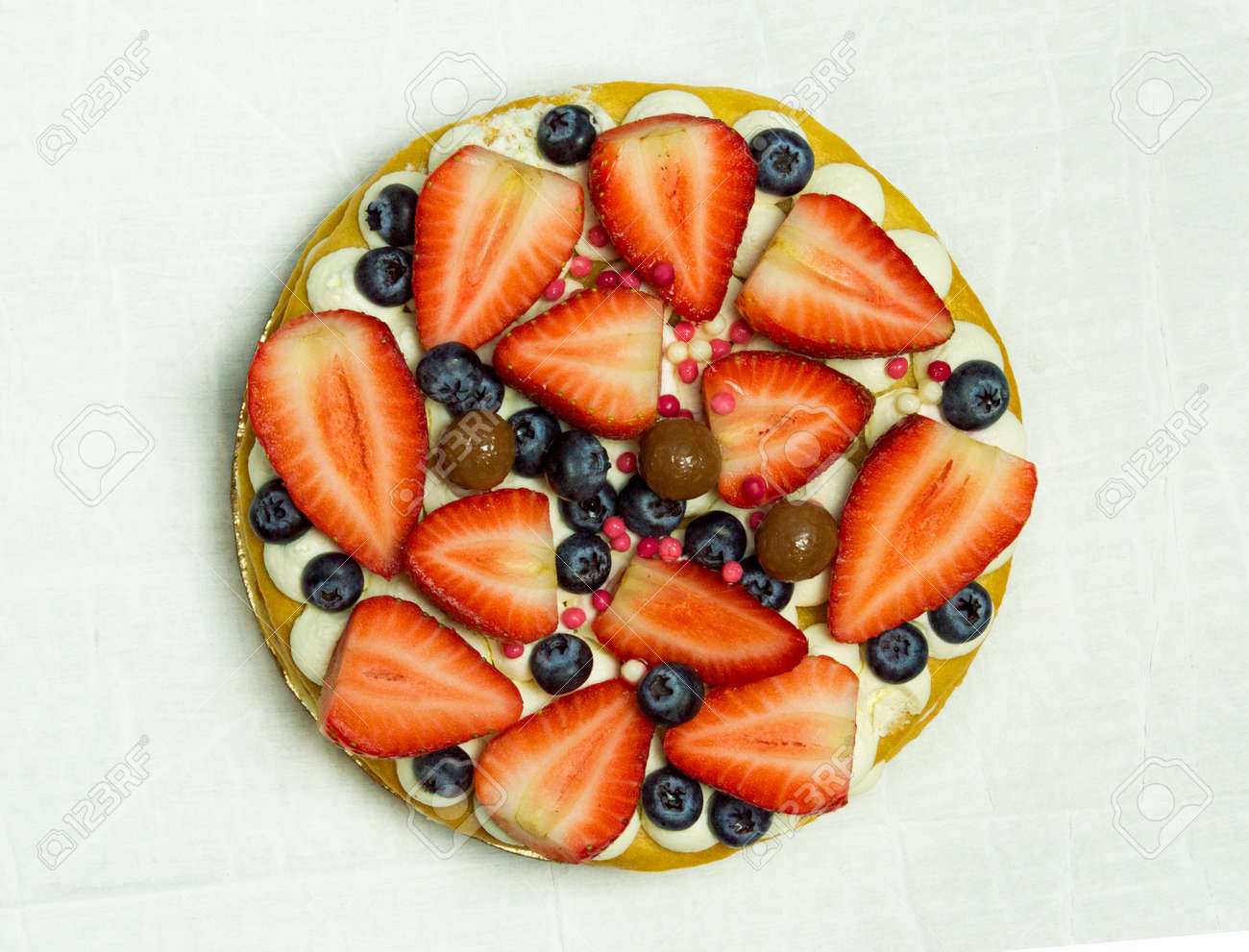 Delicious tart with fresh strawberries, raspberries and currants on the table. top view horizontal - 167392866
