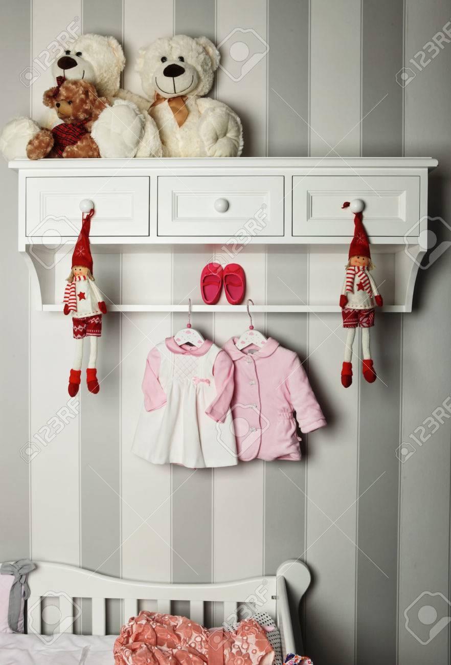 sports shoes 88ad0 afcd2 Vestiti del bambino, concetto di moda bambino. Planarità abbigliamento e  accessori per bambini. Bambino sfondo modello con copia spazio. Vista ...
