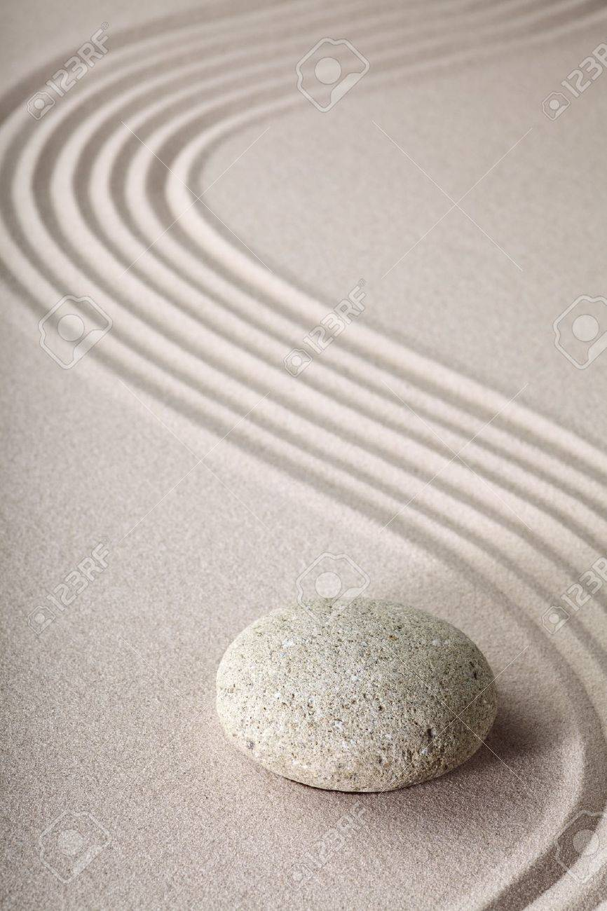 jardn zen japons jardn zen de piedra con arena rake y ronda de equilibrio y