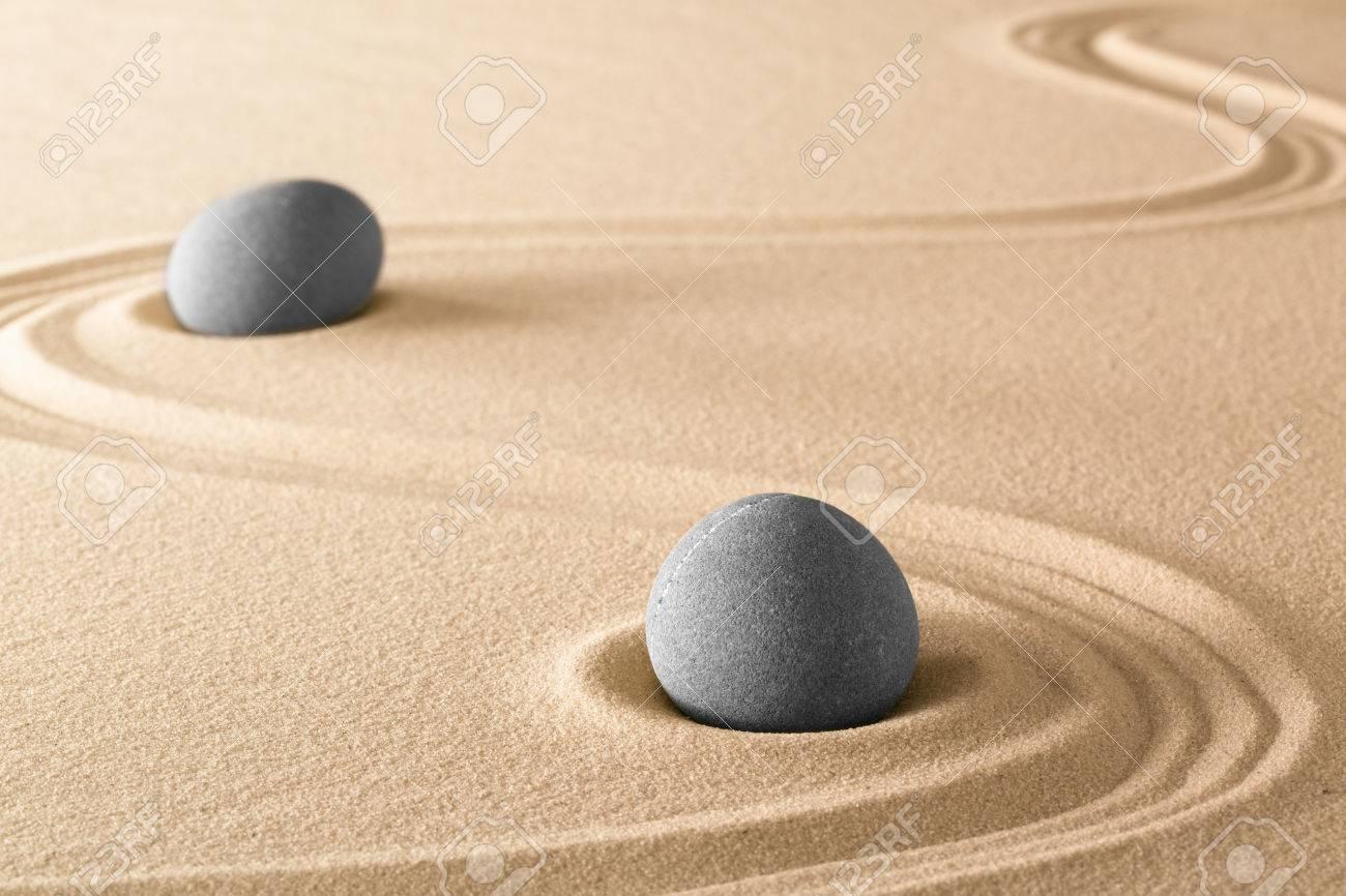 zen piedras y lneas en la arena del jardn japons spa wellnes fondo terapia - Piedras Zen