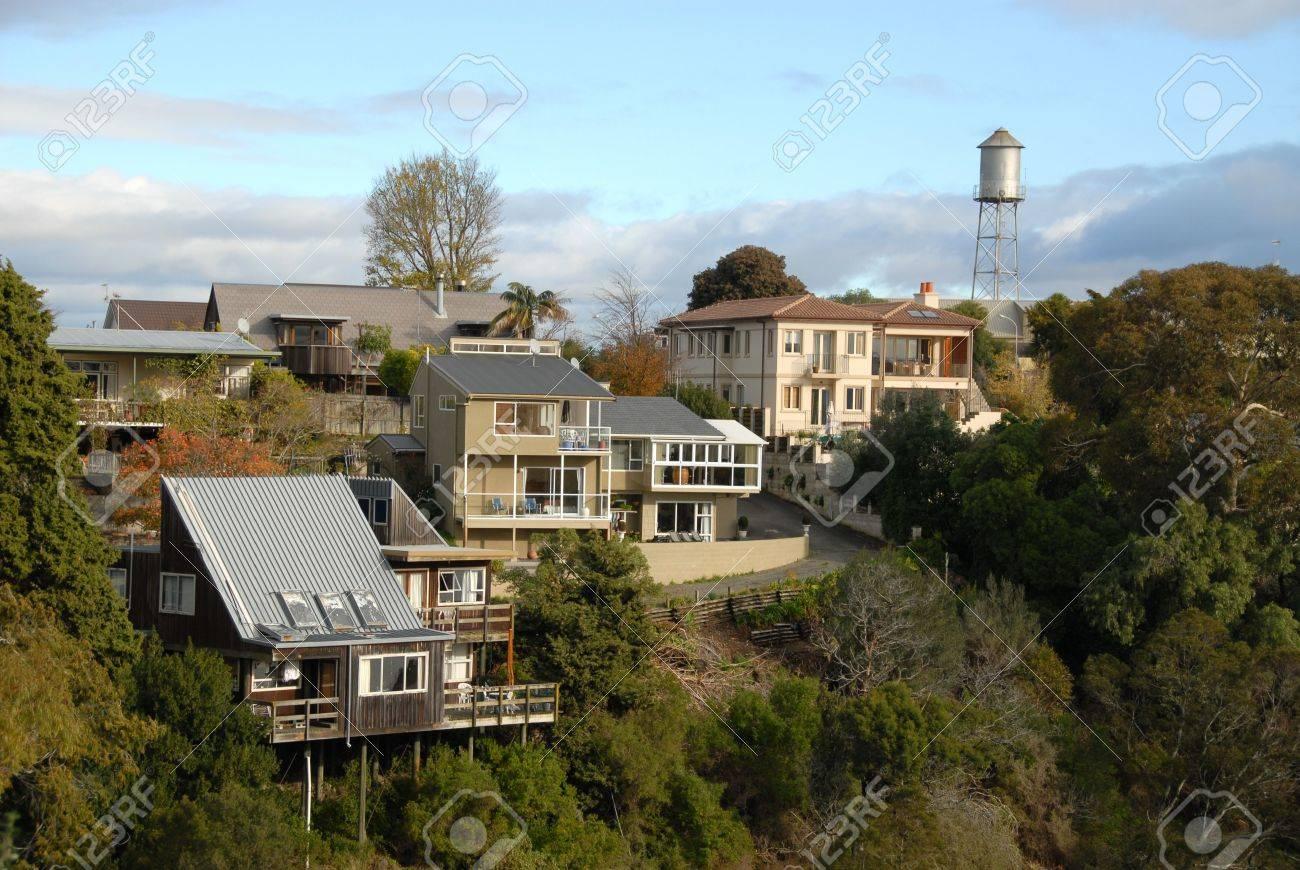 Häuser & Wasserturm Auf Dem Grat Von Bluff Hill, Napier, New Zealand ...