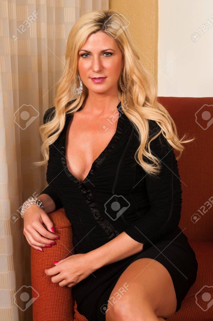 Hermosa Rubia Madura En Un Pequeño Vestido Negro