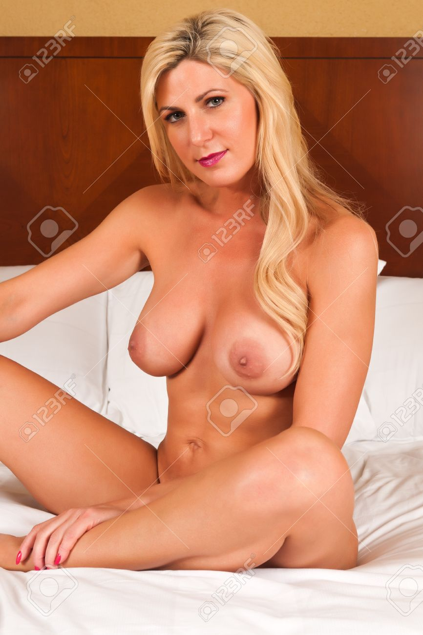 Bett mature nackt im Nackt oma
