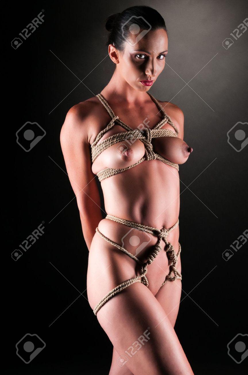 Atadas Desnudas atlético morena desnuda atada con cuerda