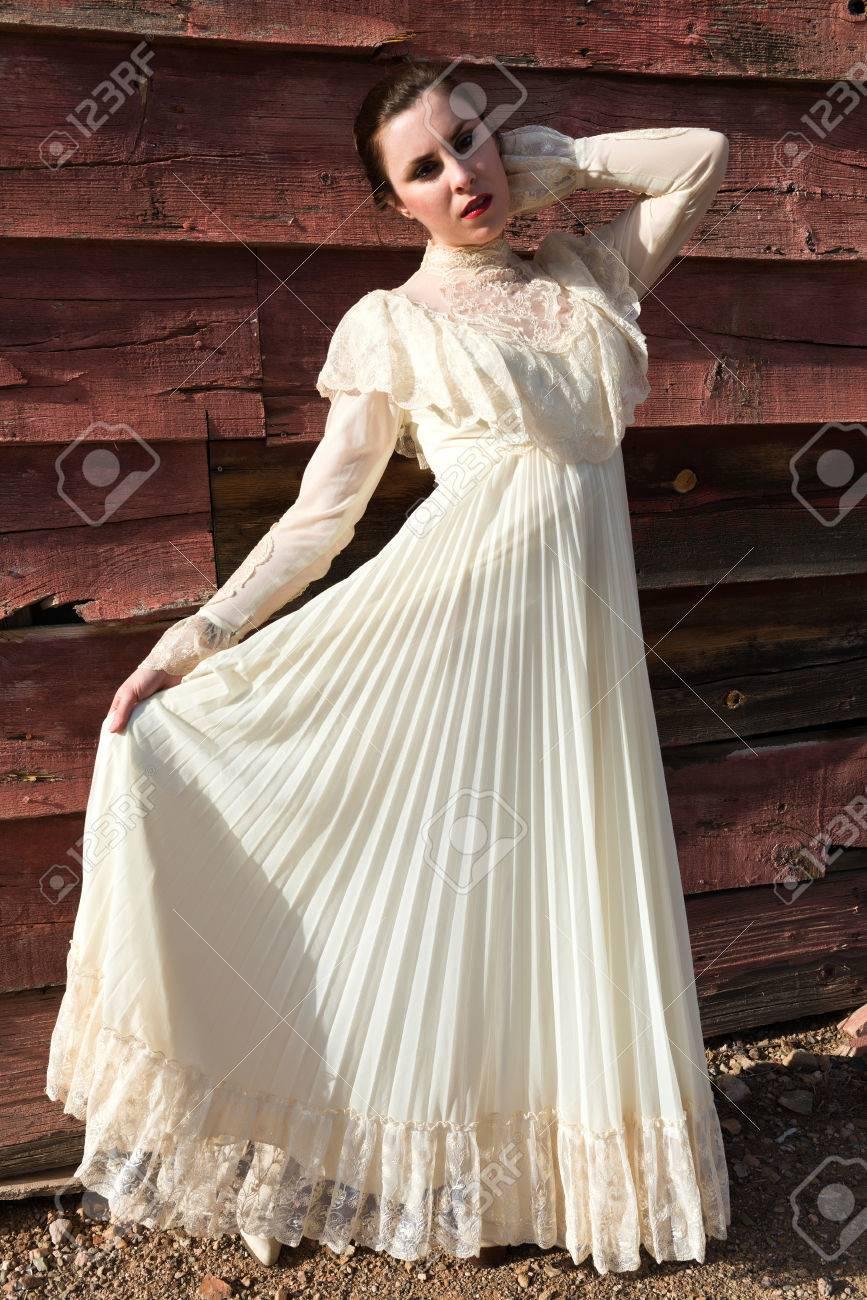Pretty Morena Con Un Vestido De época Victoriana