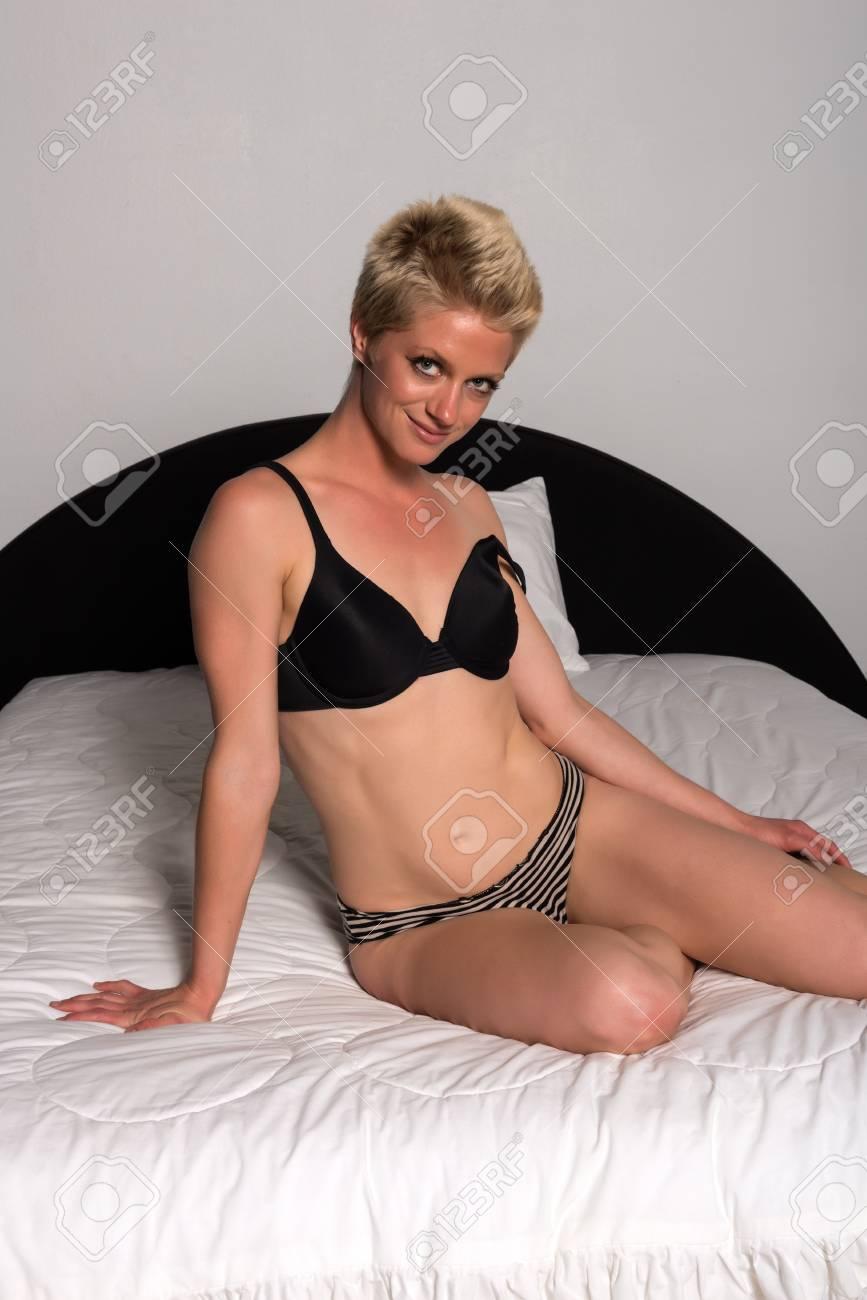 874c65a57 Foto de archivo - Mujer bonita rubia atlética en ropa interior ocasional