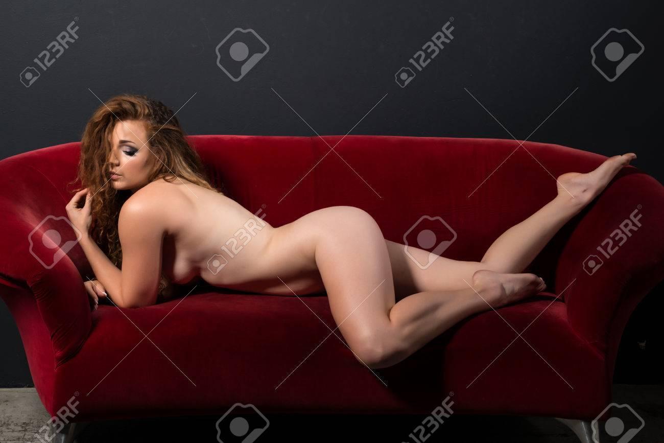 Mujer Pelirroja Bien Proporcionada Desnuda En Un Sofá Rojo