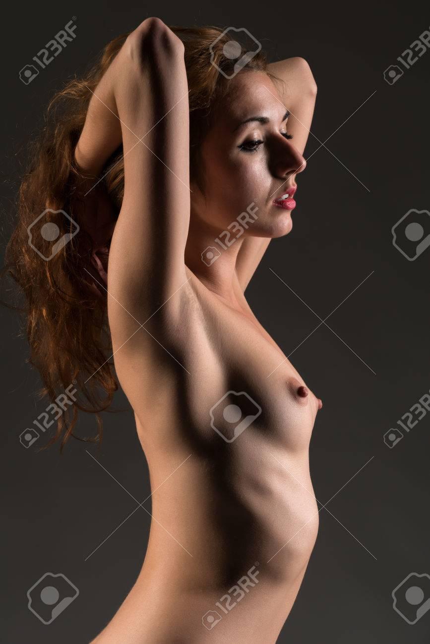 Mujer Pelirroja Joven Delgada De Pie Desnuda En Gris