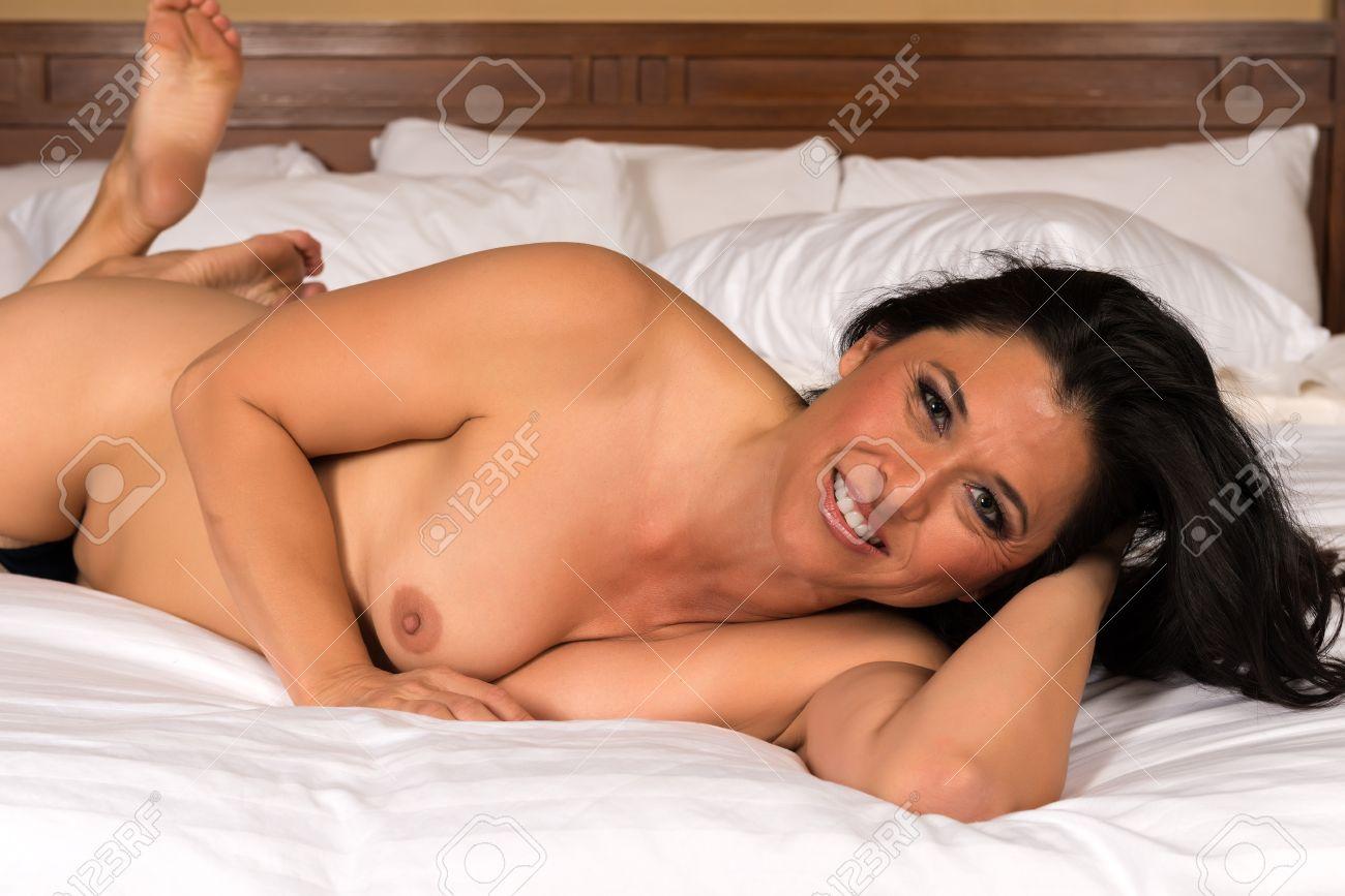 Mujer Eurasiática Bastante Madura Desnuda En La Cama