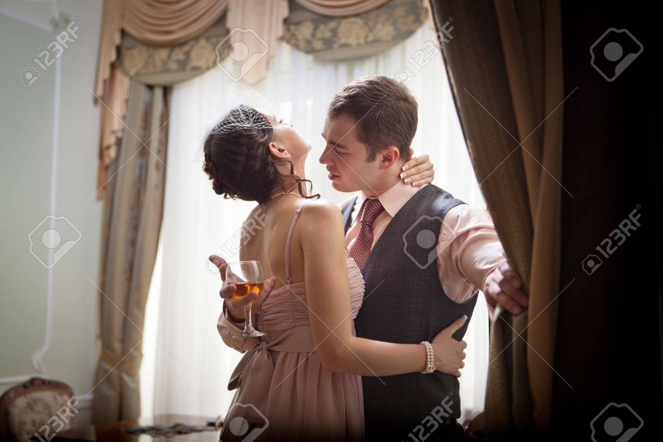 Couple Qui S Embrasse couple qui s'embrasse sur le fond intérieur vintage. banque d'images
