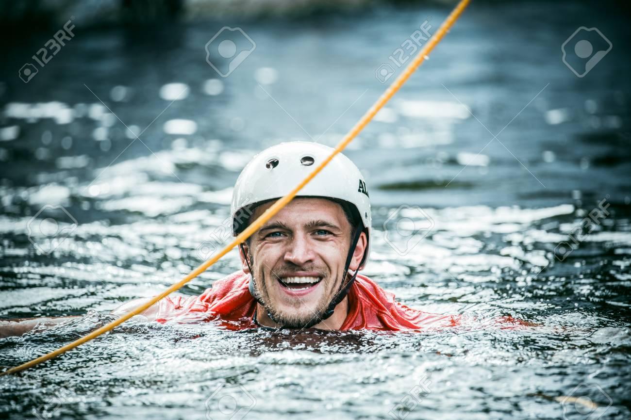 興奮した男は、水の中です。同氏...
