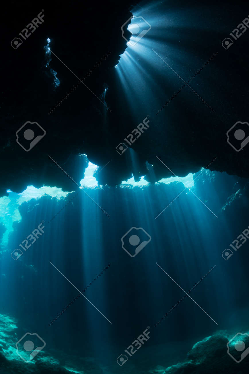 Rays of sunlight into the underwater cave - 139289165
