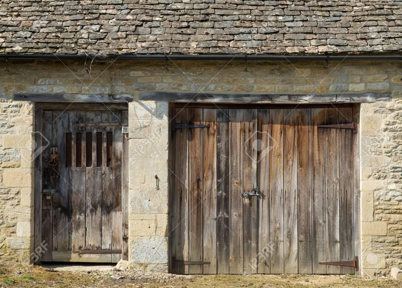 Alte Holztüren alte holztüren in einer scheune aus stein gebaut lizenzfreie fotos