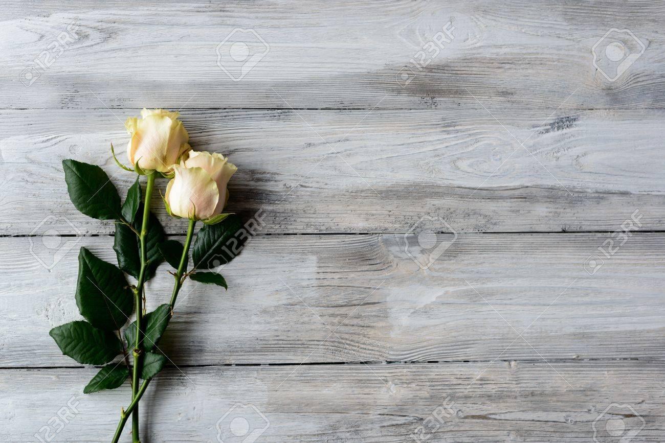 Alter Grauer Holzboden Mit Zwei Blumen Rosen Und Platz Fur