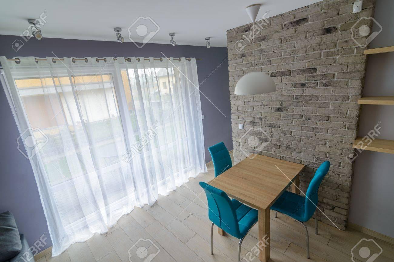 Salle à Manger Avec De Vieux Mur Gris De Briques, Table En Bois ...