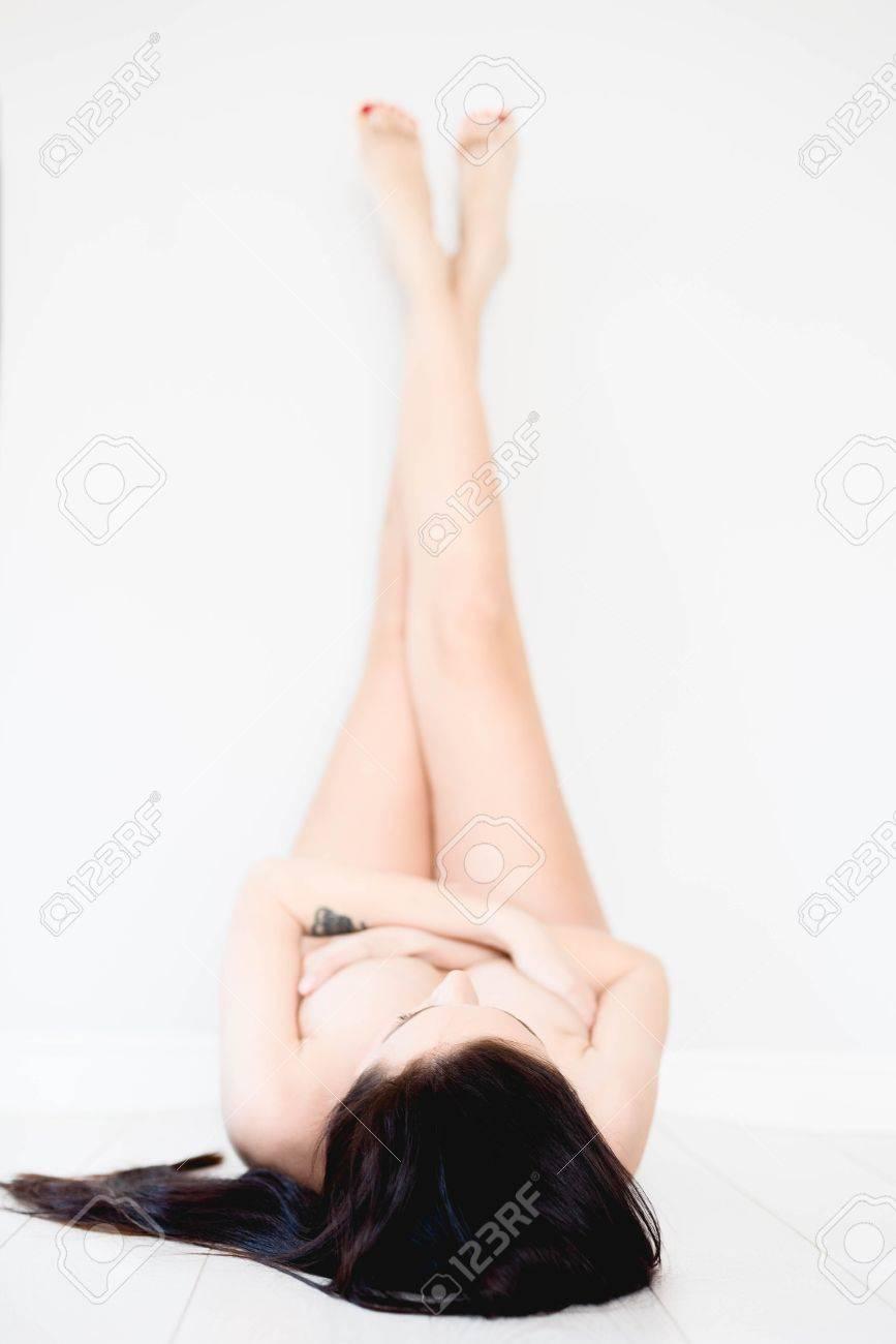Nackte Mädchen mit Fersen liegend und Beine hoch