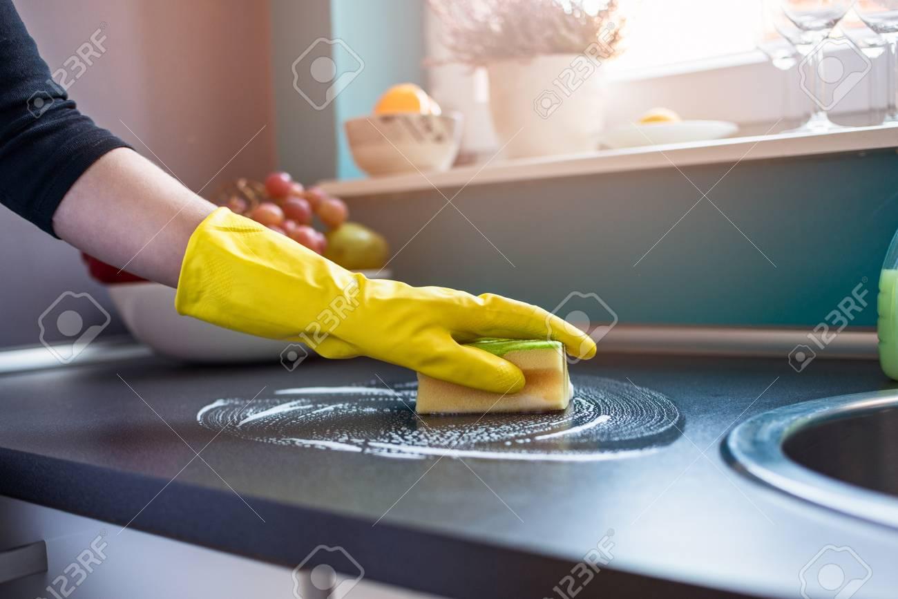 Nahaufnahme Auf Den Händen Der Frau In Der Gelben Gummihandschuhe ...