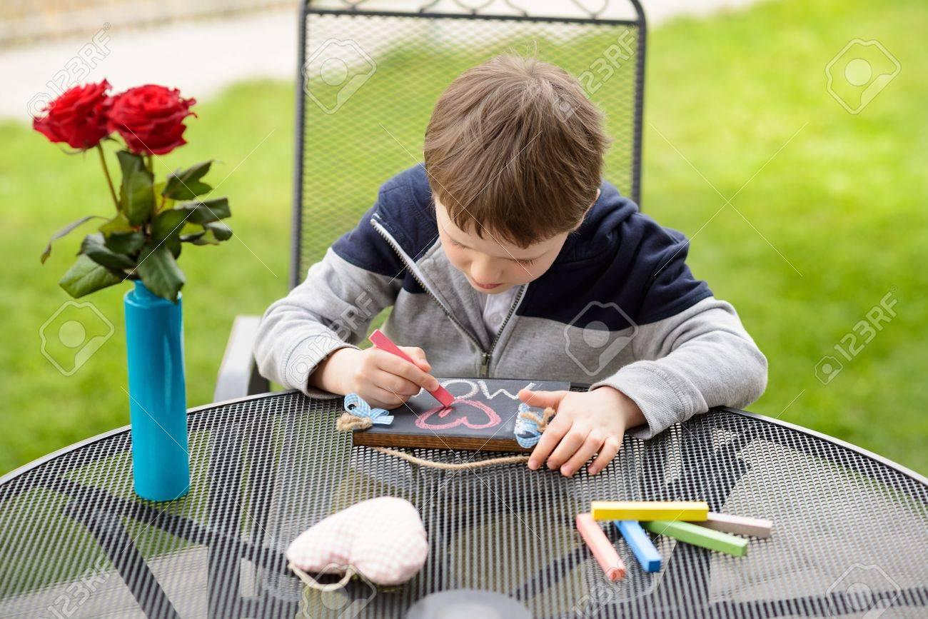 Petit Garçon Enfant Dessin Une Déclaration D Amour Sur Petit Tableau Noir Pour Sa Mère Sur La Fête Des Mères