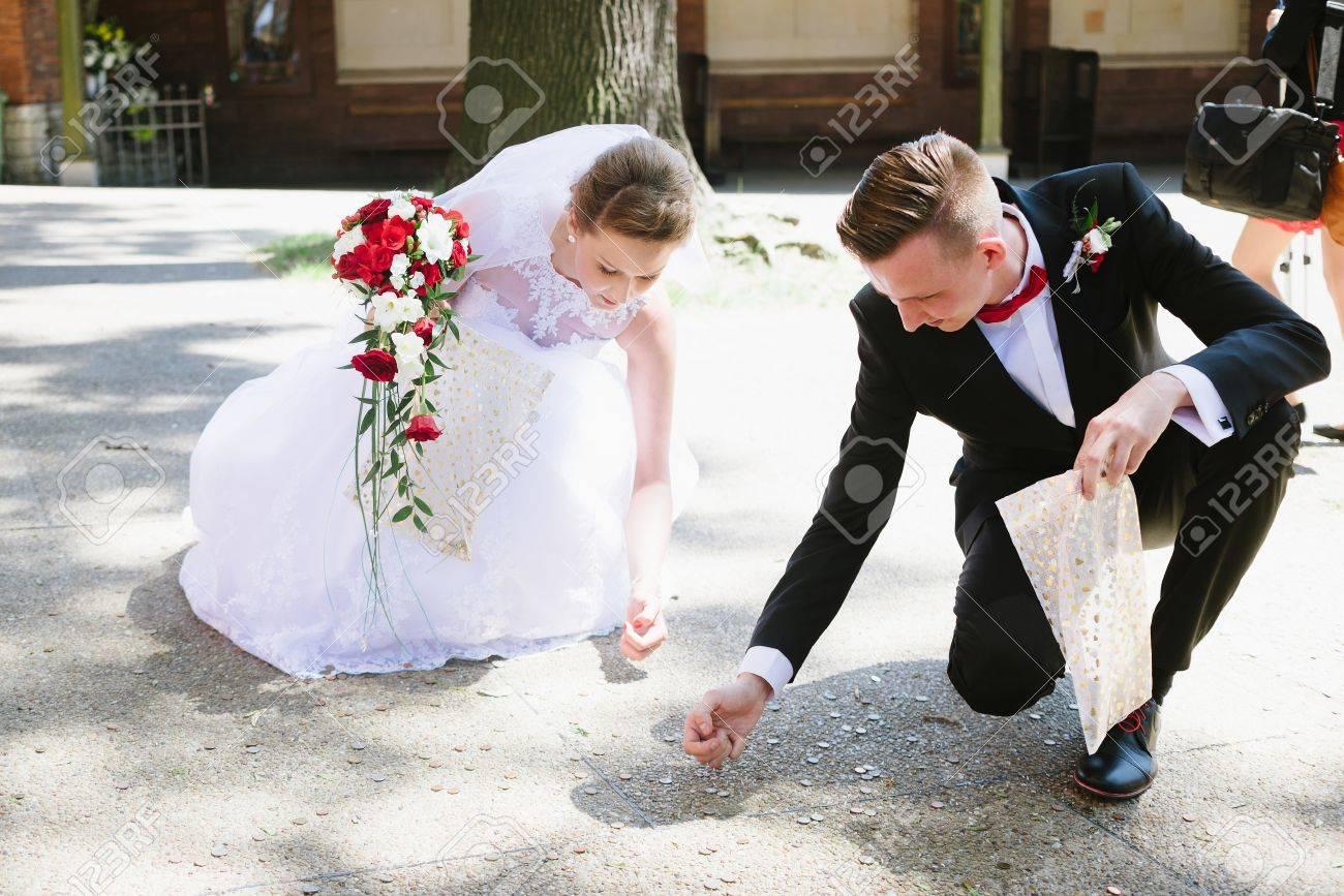 Newlyweds Sammelt Von Den Hochzeitsgasten Geworfen Munzen