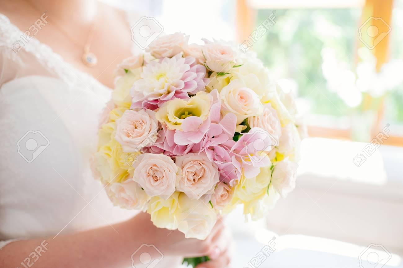 Schone Pastell Hochzeit Blumenstrauss In Den Handen Der Braut Weisse
