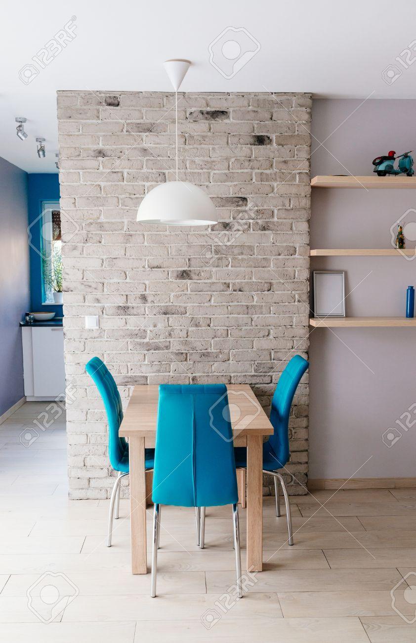Moderno Comedor Con Mesa De Madera, Sillas De Cuero Color Turquesa ...