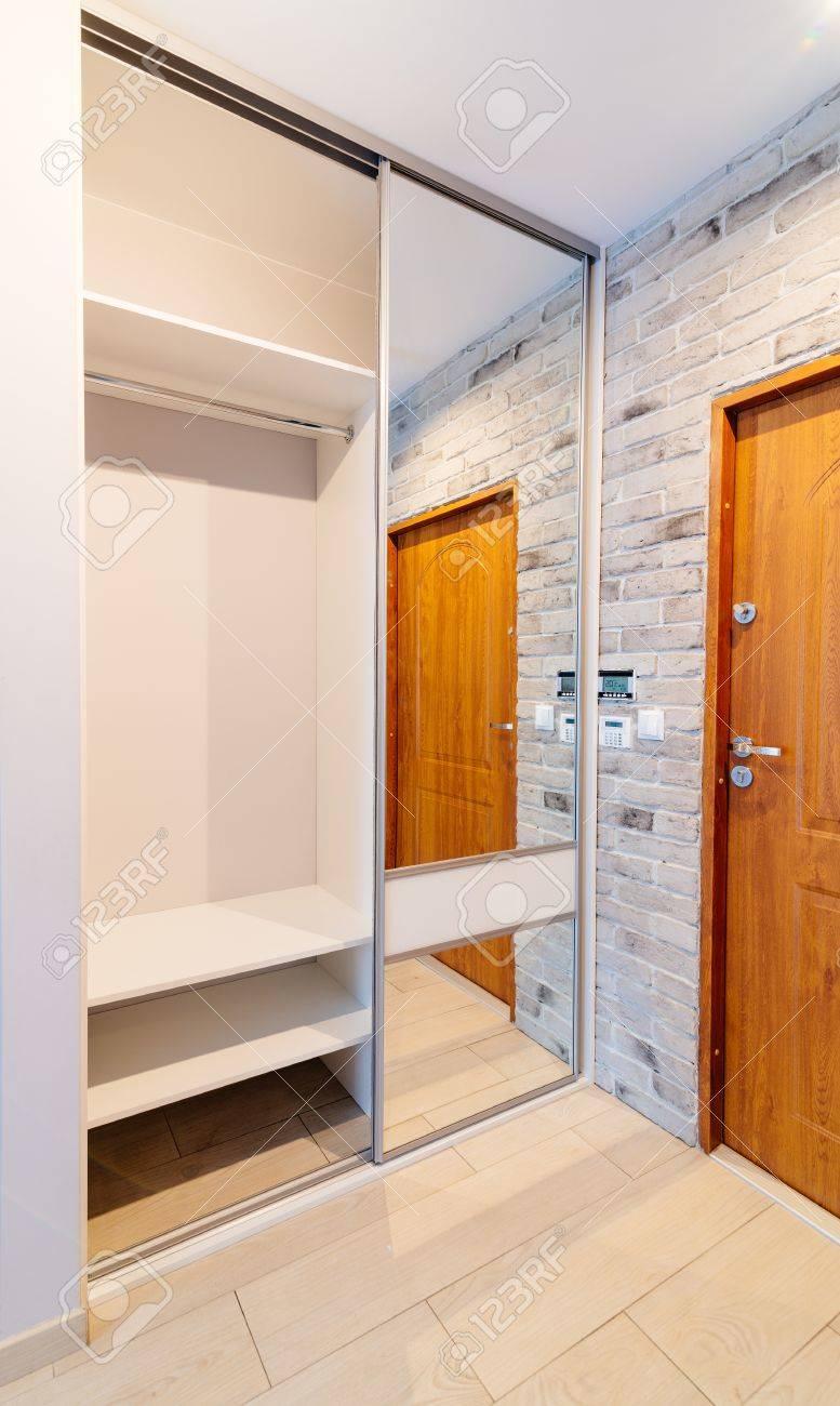 Hall D\'entrée Dans L\'appartement Moderne Avec Miroir Armoire Avec ...