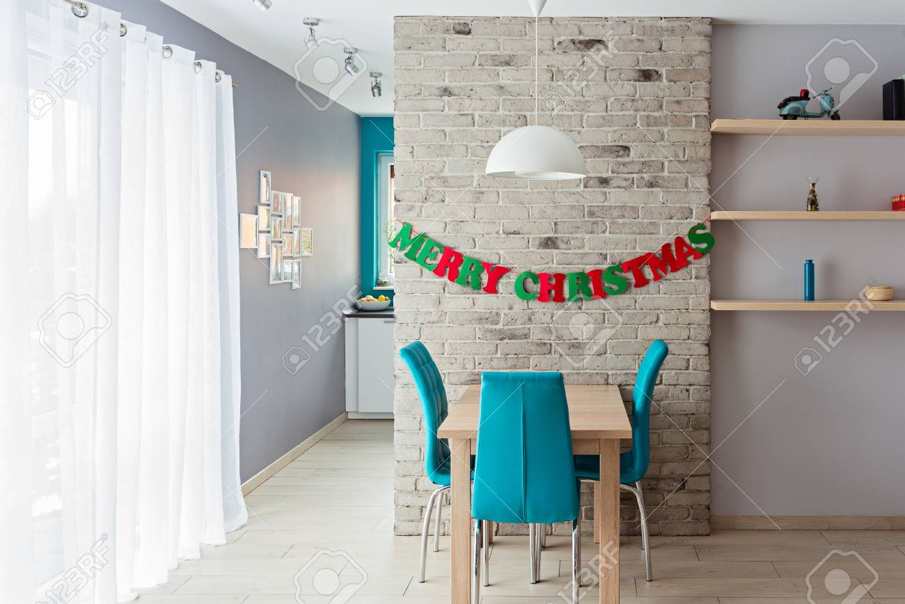 Salle A Manger Moderne Avec Mur De Briques Grises Et Decoration De