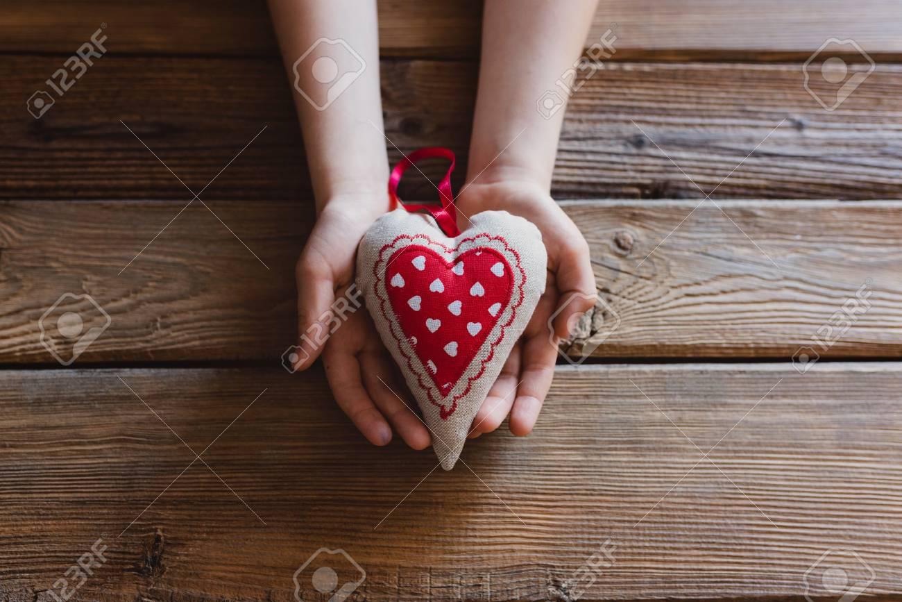Kleine Jongens Kind Handen Houden Cadeau Voor Moeder Op Moederdag