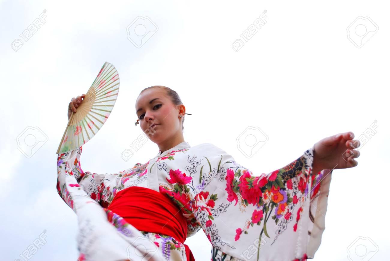 1c781c842 Caucásico modelo vestida con ropa tradicional japonesa