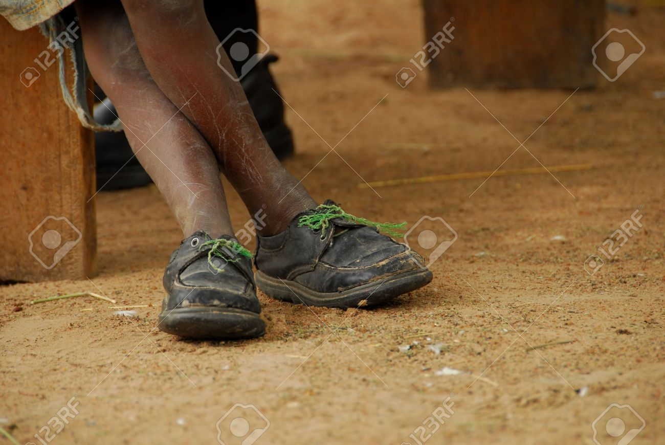 ecab485c Pobre Niño Con Zapatos Rotos Fotos, Retratos, Imágenes Y Fotografía ...