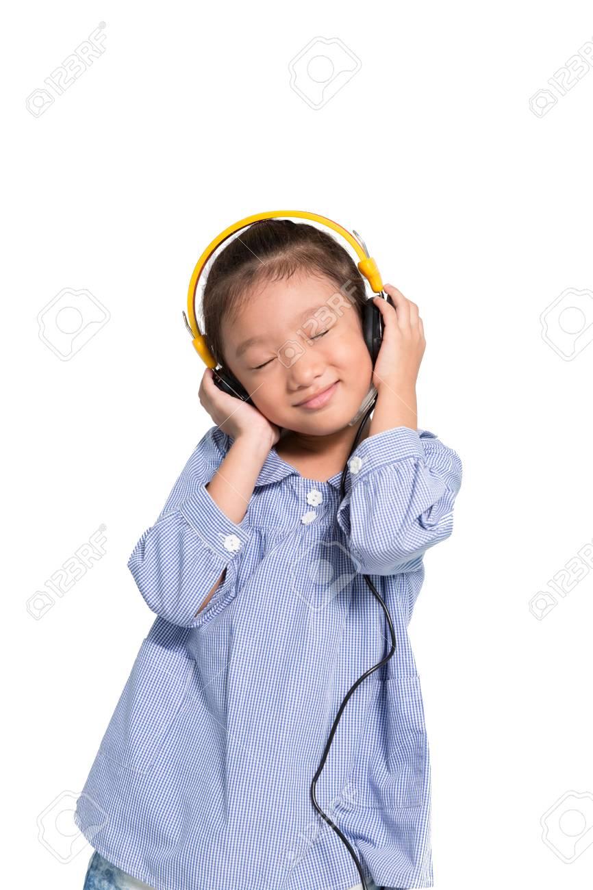 Petite Fille Asiatique écouter La Musique De Casque Sur Fond Blanc