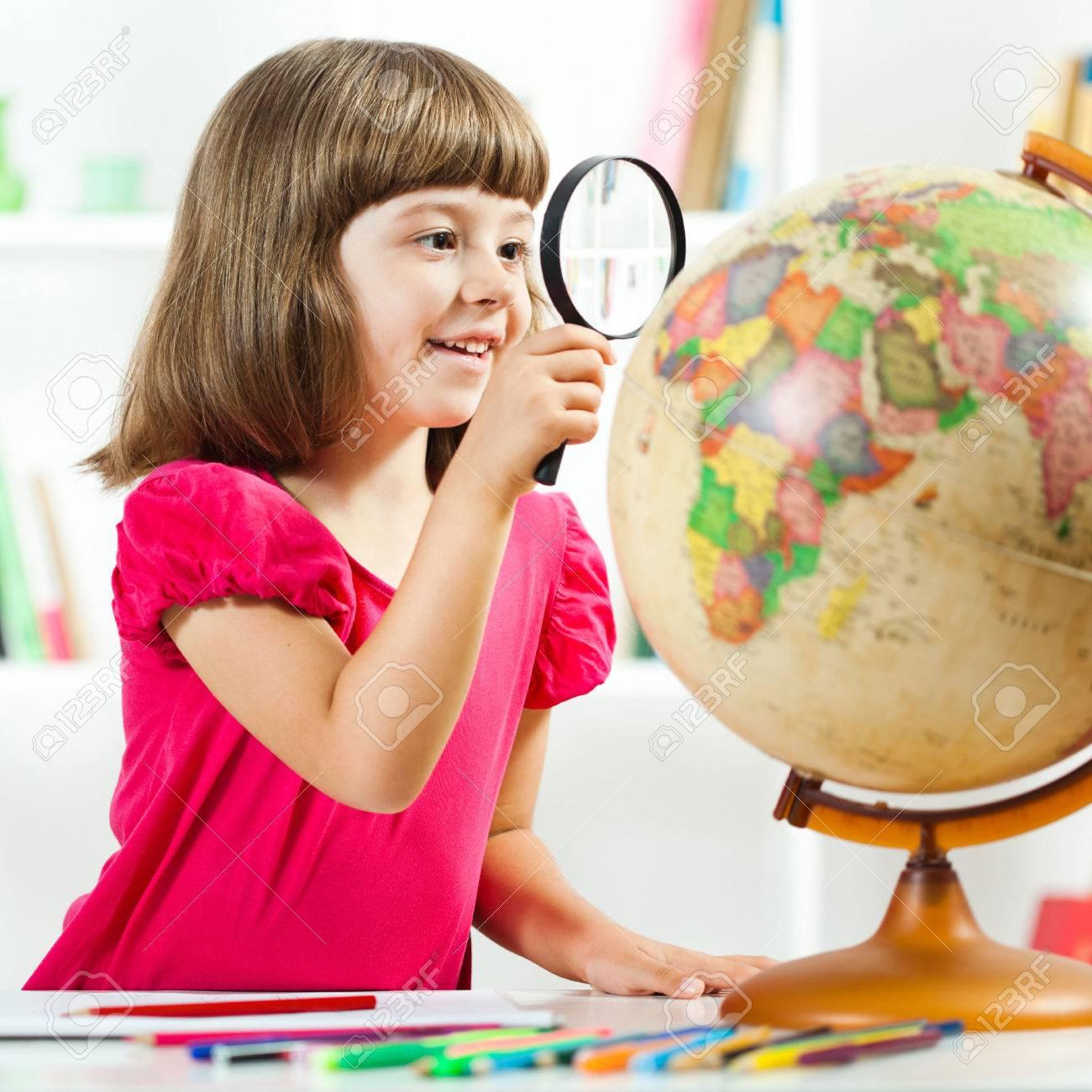 Petite Fille à Explorer La Planète Terre Et Le Dessin En Carnet