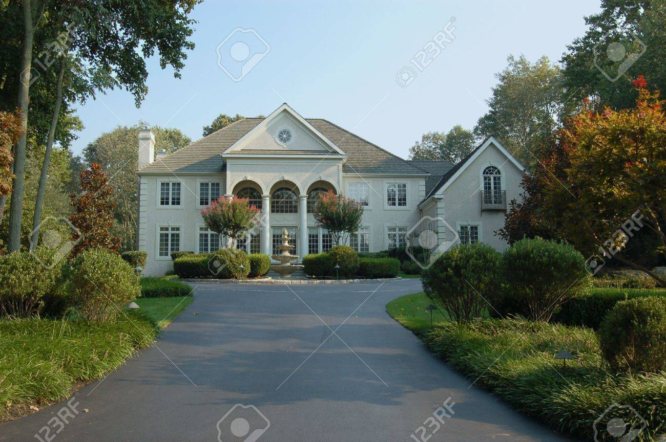 A large elegant home in the suburbs in the northeastern part of the United States. Stock Photo - 521814