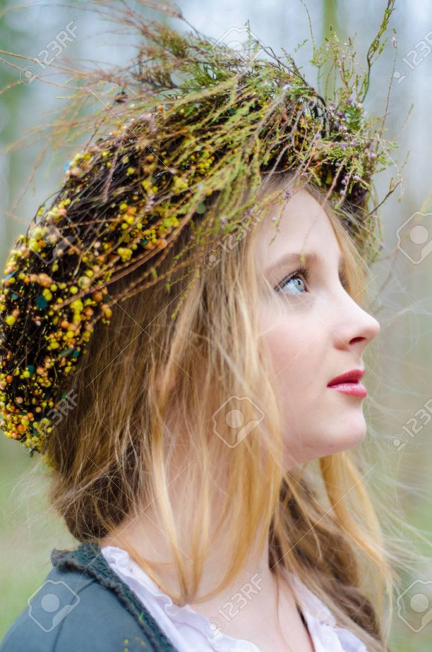 Close Up Portrait De Profil D Une Jeune Fille Dans Un Style Medieval