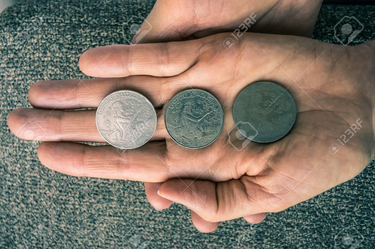 Drei Tunesische Münzen Auf Die Frau Die Hand Lizenzfreie Fotos