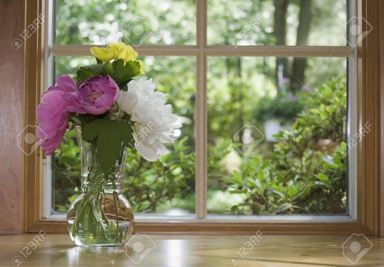 Mirando Por La Ventana A Una Hermosa Vista Primavera Verano Arreglo Floral De Peonías Y Otras Flores
