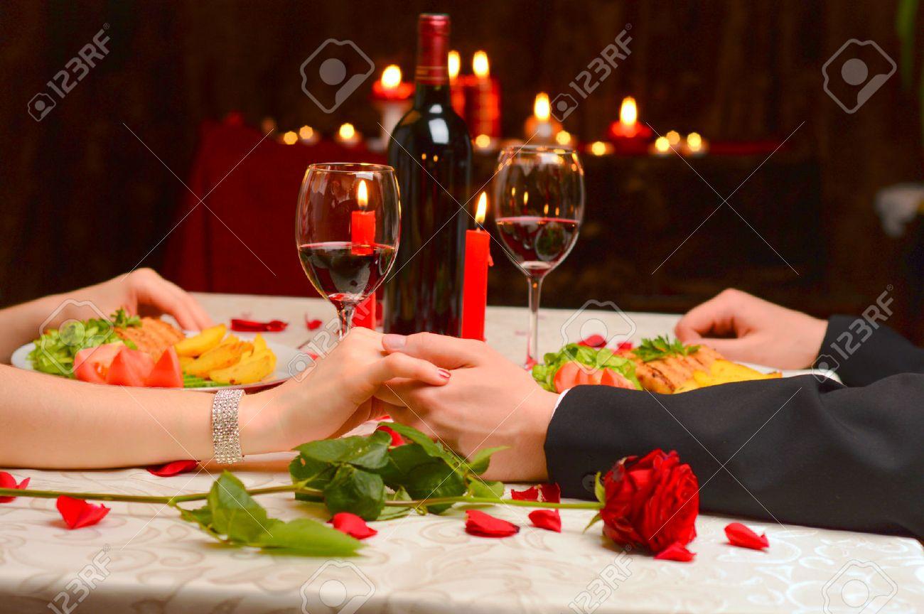 Un Couple Se Tenant La Main Lors D Un Diner Romantique Banque D Images Et Photos Libres De Droits Image 26435771